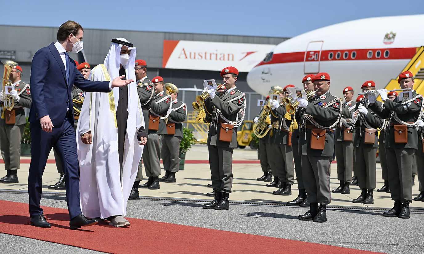 Bundeskanzler Kurz und die Militärmusik begrüßten Kronprinz Mohammed bin Zayed Al Nahyan am Wiener Flughafen.