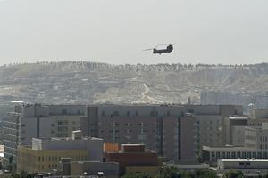 Helicóptero militar estadounidense sobre la embajada estadounidense en Kabul: El Departamento de Defensa estadounidense ha aumentado el número de soldados estadounidenses que supuestamente ayudarán a evacuar la embajada en la capital afgana.