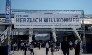 Der Eingang beim außerordentlichen Parteitag der FPÖ in der Arena Nova in Wiener Neustadt.