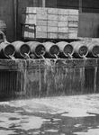 Weg mit dem Teufelszeug! Der Inhalt von Tausenden Bierfässern landete während der Prohibition im Hafenbecken von New York.