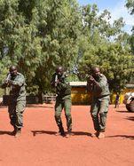 Malische Soldaten üben Infanterietaktik in Koulikoro.