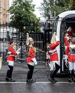 Wachen der Königin steigen nach der Rede von Queen Elizabeth in den Bus bei Westminster in London.