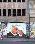/images/uploads/2/e/b/5665515/Themen-der-Woche-Bilder-des-Tages-Donald-Trump-und-Boris-Johnson-street-art-Kuss-in-Bristol-May-24_1564160802072945.jpg