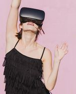 Mit VR-Brillen kann man in virtuelle Welten eintauchen.