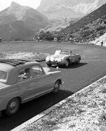 Startnummer 85, ein Wolfgang-Denzel-Sportwagen, kreuzt die Wege eines Daimler: Schnappschuss mit Symbolgehalt, 1961.