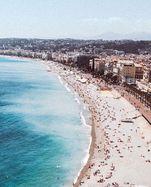 Streifen. Die Küste und Nizza – ein berühmtes Sujet, oft in Bilder umgesetzt.