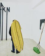 """Von Josef Bauer 2013 übermalte Ausstellungsansicht: im Hintergrund """"Demonstrationsobjekte""""."""