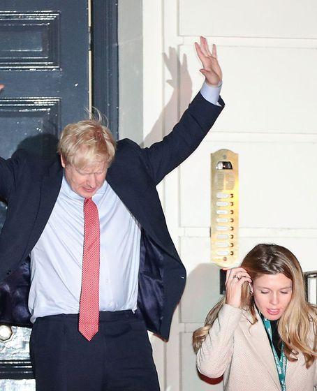 Boris Johnson mit seiner Freundin, Carrie Symonds, vor Downing Street 10.