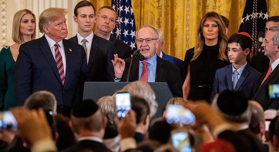 Alan Dershowitz beim Hanukka-Empfang des Weißen Hauses im Dezember 2019.