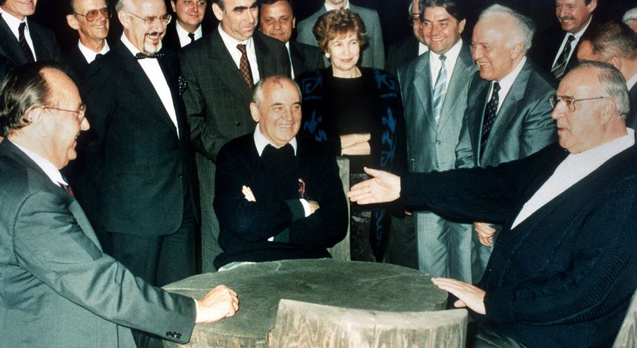 Kohl und Gorbatschow bei einem privaten Treffen im Juli 1990. Die herzliche und entspannte Atmosphäre zeigte, dass der Kalte Krieg zu Ende war. Kohl zu Arbeitsbesuch im Kaukasus =