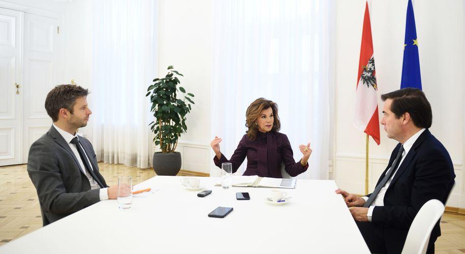 """""""Wir harren der Dinge."""" Bundeskanzlerin Brigitte Bierlein im Gespräch mit """"Presse""""-Chefredakteur Rainer Nowak (r.) und Innenpolitik-Redakteur Thomas Prior."""