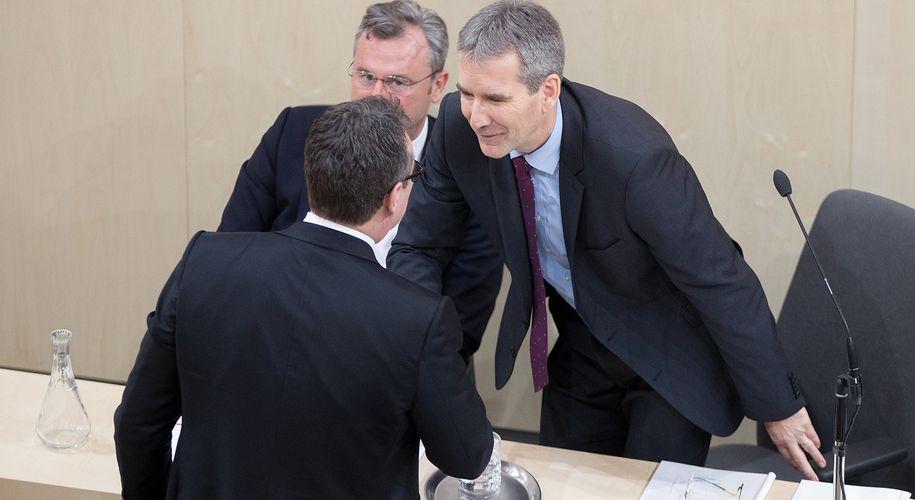 Hartwig Löger (r.) und Heinz-Christian Strache (Mitte, neben Norbert Hofer) waren als Finanzminister und Vizekanzler Regierungskollegen. Chat-Protokolle belasten nun beide in der Casinos-Affäre.