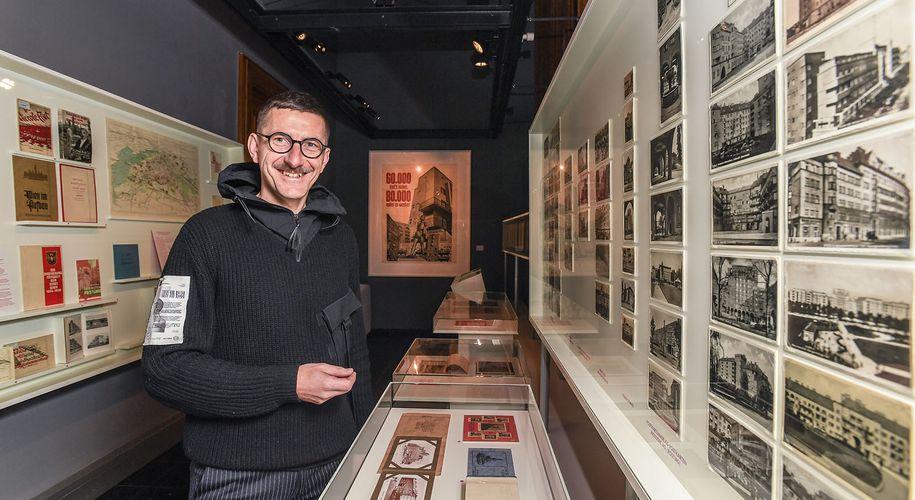 """Bücher, Karten, Strategien: Architekturhistoriker Harald Stühlinger in der Ausstellung """"Rotes Wien publiziert""""."""