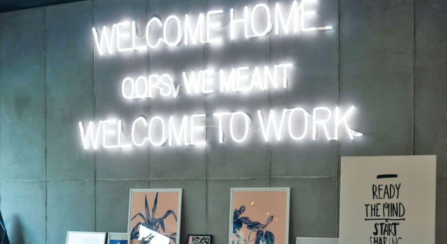 Fast wie im Home-Office, aber mit mehr Support: Ein günstiger Arbeitsplatz mit Putzservice ist nur die Basis für effektives Coworking.