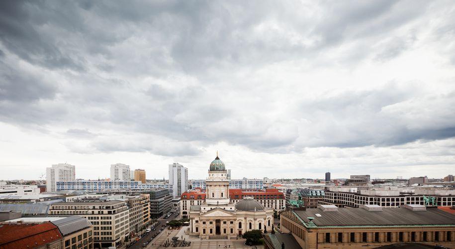 Wolken über dem Gendarmenmarkt in Berlin. Auf dem Immobilienmarkt könnte es ebenfalls stürmisch werden.