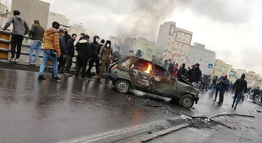Straßenschlachten in Teheran. Bei den Protesten in Irans Hauptstadt gehen Autos in Flammen auf. Die Sicherheitskräfte des Regimes schießen auf Demonstranten.