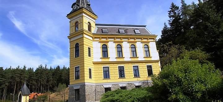 Villa mit Turmuhr im Waldviertel.