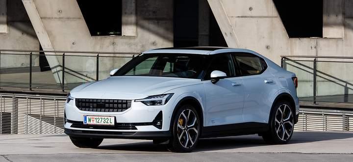 Der Volvo ist zwar erkennbar, doch die sportliche Eleganz des Polestar 2 verleiht ihm einen eigenen Charakter.