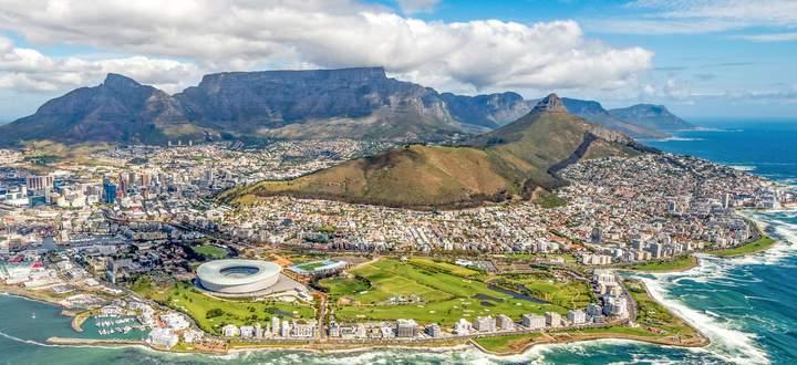 Kapstadt ist nicht nur eine der schönsten Städte der Welt, sondern hat auch viele Schattenseiten. Bei Township- Touren bekommen Teilnehmer den Eindruck, dass die gesellschaftlichen Gräben nach wie vor sehr groß sind.