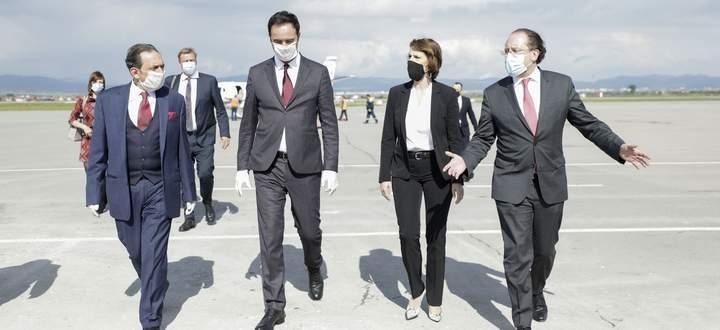 Das Außenpolitik-Duo – ohne den Dritten im Bunde, Sebastian Kurz: Außenminister Alexander Schallenberg und Europaministerin Karoline Edtstadler auf dem Flugfeld in Prishtina im Kosovo.