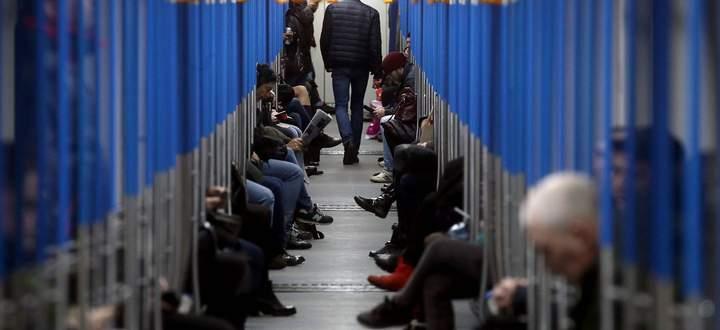 Die Covid-19-Krise ist in Russland angekommen. Die Moskauer Metro ist zur Stoßzeit trotzdem voll, wenn auch nicht übervoll.