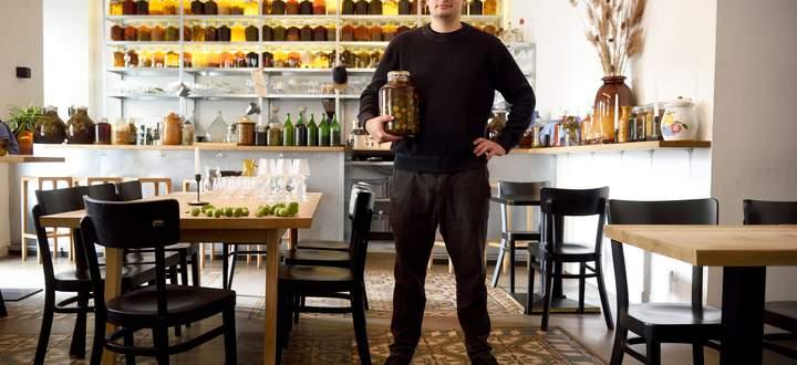Barkeeper Hubert Peter legt nicht nur grüne Nüsse in Alkohol ein, sondern auch Weißtannen, Pappeln oder Douglasien.