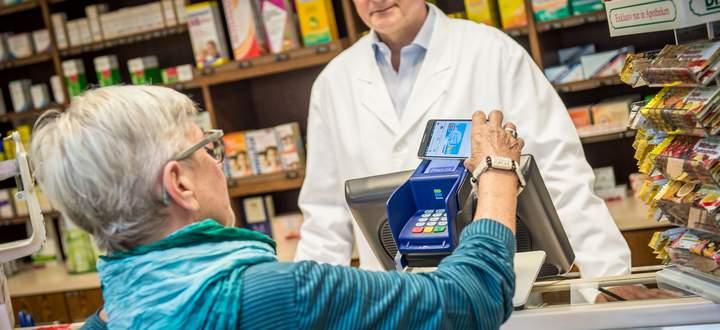 Kontaktloses Bezahlen im Handel ist im Alltag der meisten Österreicher angekommen. Die Nutzung von NFC stieg im Jahr 2020 deutlich an. Bei den Bankomat®-Kartenzahlungen wurden Ende 2020 bereits 83 Prozent kontaktlos abgewickelt.
