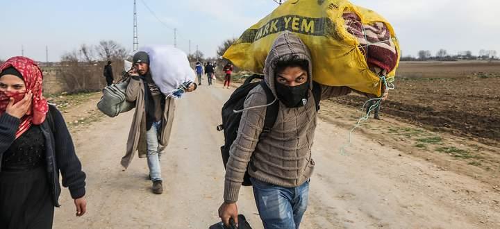Auf dem Weg nach Griechenland: Flüchtlinge sammeln sich im Grenzgebiet.