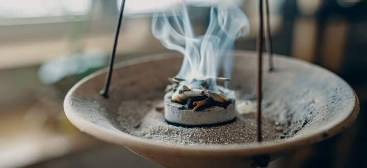 In einer feuerfesten Schale und mit Räucherkohle Kräuter zu verbrennen ist eine von mehreren Varianten, wie man räuchern kann.
