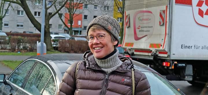 """Autorin Nadja Bucher in ihrer """"alten Heimat"""" Großfeldsiedlung: """"Autos gab es hier früher viel weniger""""."""