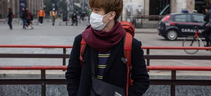 Ein Mann mit Schutzmaske auf der Piazza del Duomo in Mailand.