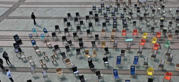 Nützt die Stühle, sie stehen wieder bereit! Trifft das hochfahrende Angebot auf zu verängstigte Konsumenten?