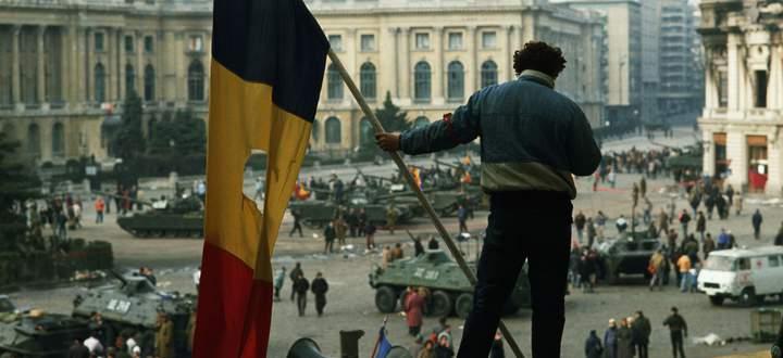 Auf dem Platz vor dem Bukarester Regierungspalast, Dezember 1989. Aus rumänischen Fahnen schnitt man damals die Insignien der Kommunistendiktatur.