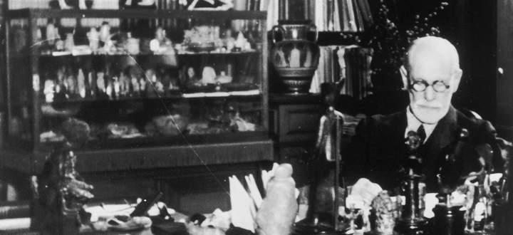 Sigmund Freud in seinem Büro in der Berggasse 19 in Wien, wo er 47 Jahre lebte und arbeitete.