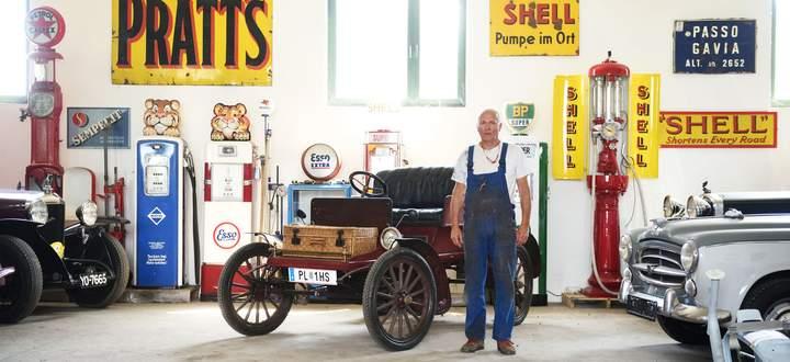 Christian Bauer und Procter von 1902 in seiner Werkshalle, in der altem Blech neues Leben eingehaucht wird. Nur den Zapfsäulen nicht, die bleiben Deko.