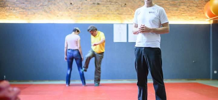 Gewalt in Zeitlupe. Und ganz leise. Jens Misera besteht darauf, dass stumm trainiert wird.