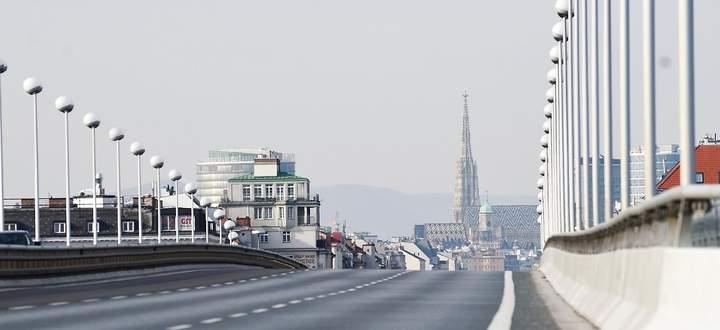 leere Straße, im Hintergrund der Stephansdom