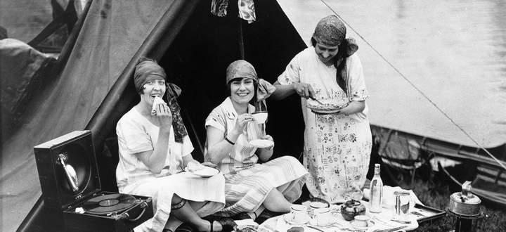 Kleine Häppchen und Nachmittagstee waren in den 1920er-Jahren nicht nur bei diesen Damen am Ufer der Themse (im Sommer 1926) beliebt.