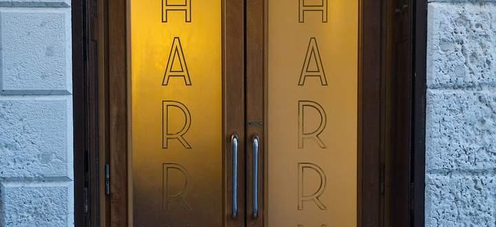 Fast 90 Jahre lang offen, heute trotz Coronalockerungen verriegelt: der Eingang zu Harry's Bar in Venedig.