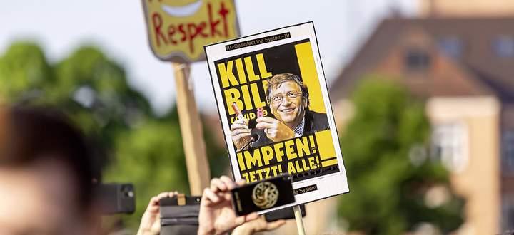 Bill Gates als Feinbild: Demonstranten - hier in Stuttgart - werfen ihm vor, an der Entwicklung eines Impfstoffes verdienen zu wollen.