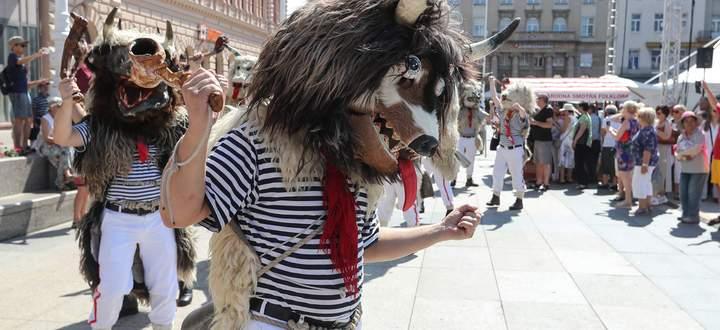 Oberhalb des Gesäßes trägt jeder Zvončari (sprich: Swonschari) eine riesige Kuhglocke, die bis zu sechs Kilo wiegt. Die Männer tragen selbst hergestellte Masken.