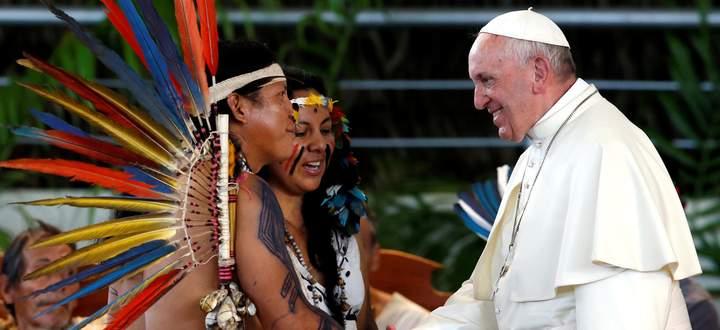 """""""Wenn in Amazonien etwas passiert, kann sich auch Kardinal Schönborn nicht entziehen"""": Papst Franziskus mit Indigenen in der peruanischen Stadt Puerto Maldonado."""