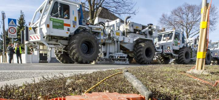 """Mit einem Geophon lässt sich """"in die Erde hineinhören"""". Die Trucks dahinter erzeugen Vibrationen."""