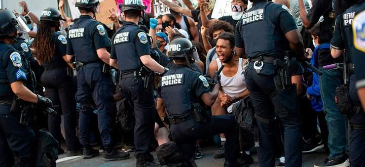 """Die Demonstranten sammeln sich auch vor dem Zaun des Weißen Hauses. Der Präsident drohte damit, die """"härtesten Hunde"""" von der Leine zu lassen."""