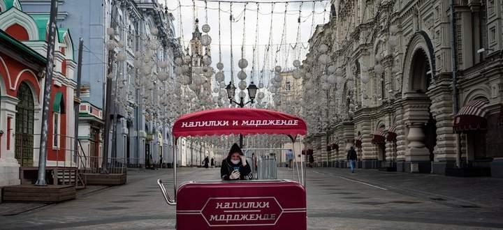 Eisverkäuferin mit Mundschutz in Moskau. Laut Regierung ist der Höhepunkt der Infektionswelle überschritten.