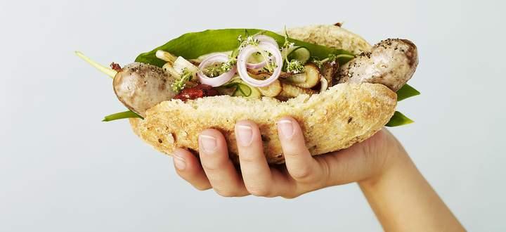 Eine dicke Wurst, rundherum weiches Weißbrot, dazu mehr oder weniger kreatives Beiwerk: dänischer Hotdog.