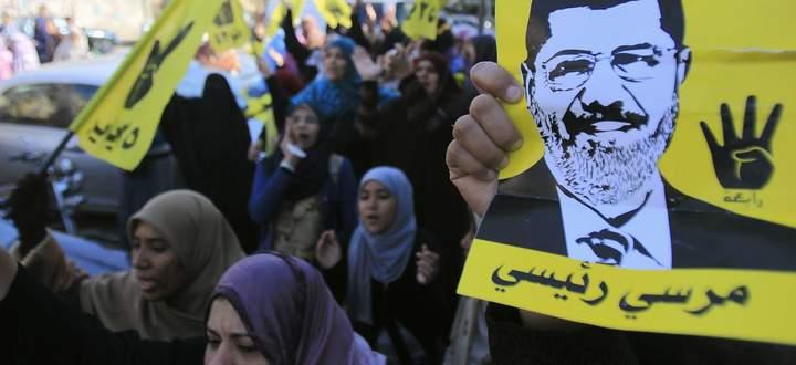 Anhängerinnen des gestürzten Präsidenten Mohammed Mursi gehen in Kairo auf die Straße.