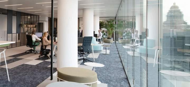 Luftig, hell, wandelbar und ein bisschen wie ein moderner Wohn-Salon: Das 2020 eröffnete CBRE-Office in Brüssel.