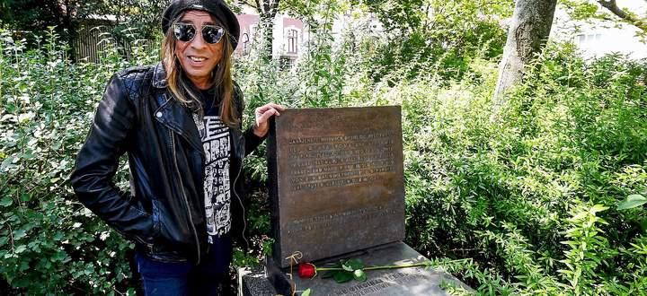 Harry Stojka beim Gedenkstein im Barankapark, rechts im Hintergrund die 1999 gepflanzte rote Kastanie.