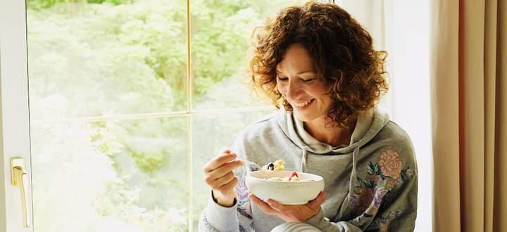Sandra König am gemütlichen Fensterplatz.